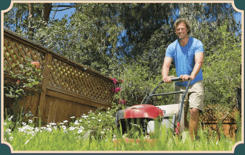 Allrounder – Mann mäht den Rasen.